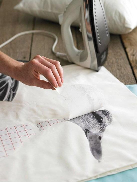 Чтобы рисунок хорошо зафиксировался на ткани, прижатие подошвы утюга должно быть сильное и равномерное