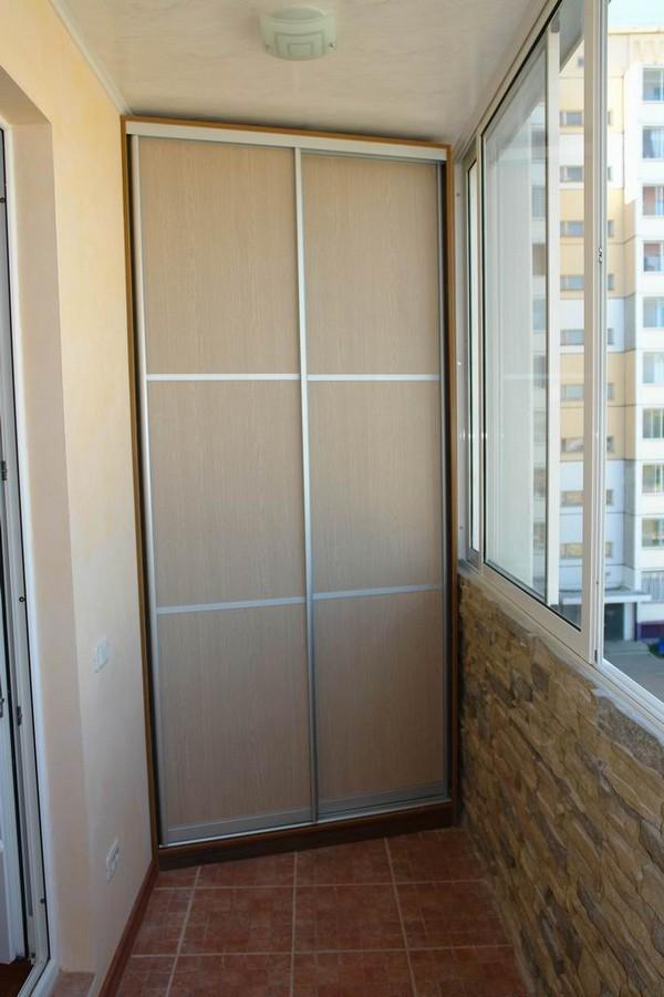 Угловой шкаф-купе на балкон фото