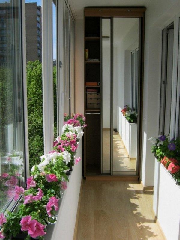 Шкаф-купе с зеркальными дверями на балконе фото