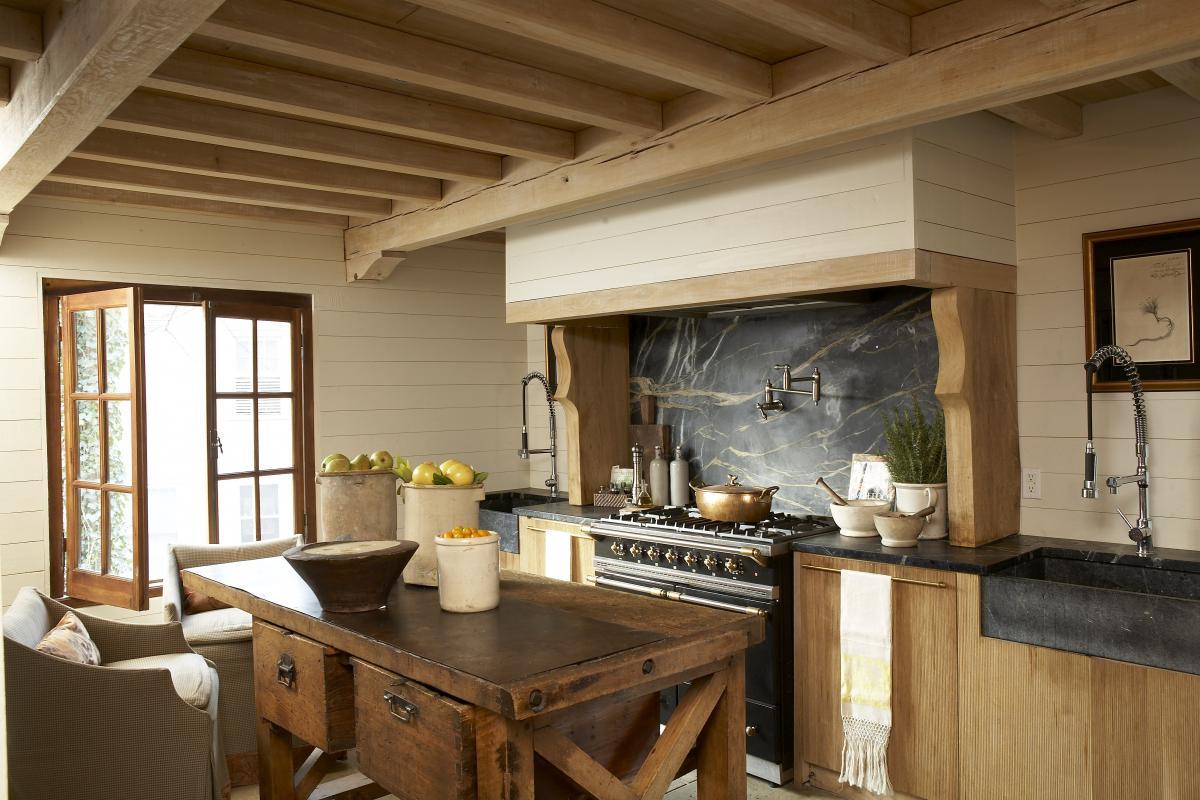 Стены в американской деревенской кухне обшивают деревянными панелями