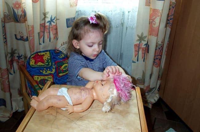 Дети любят рисовать на игрушках