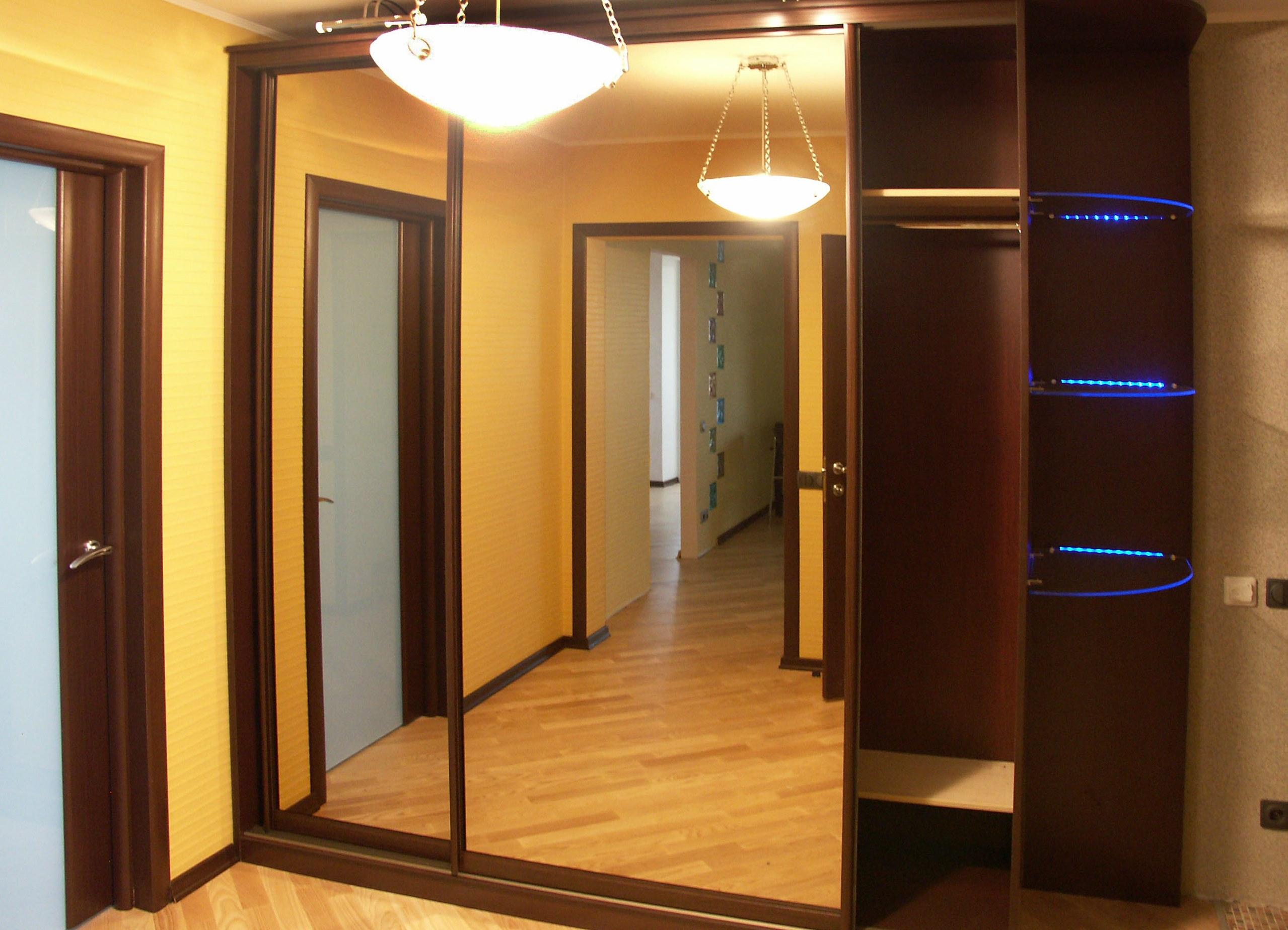 красивый стиль прихожей с узким коридором