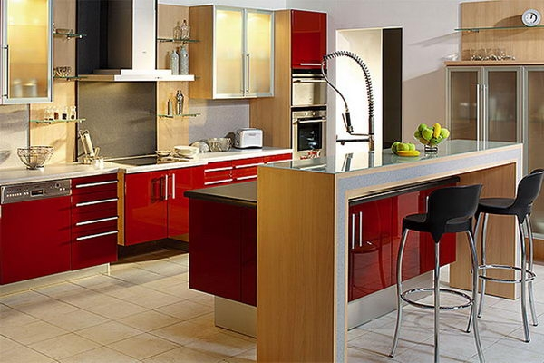 Кухня с пластиковыми фасадами красного цвета