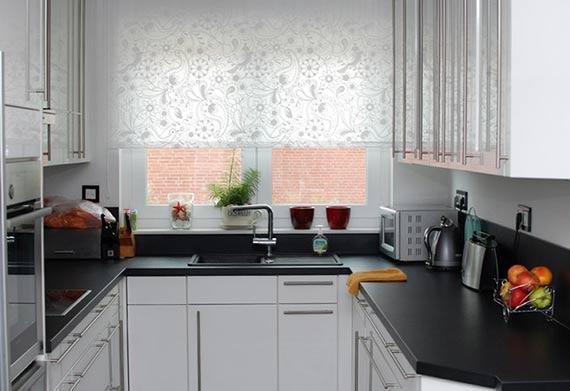 мойка у окна на П-образной кухне
