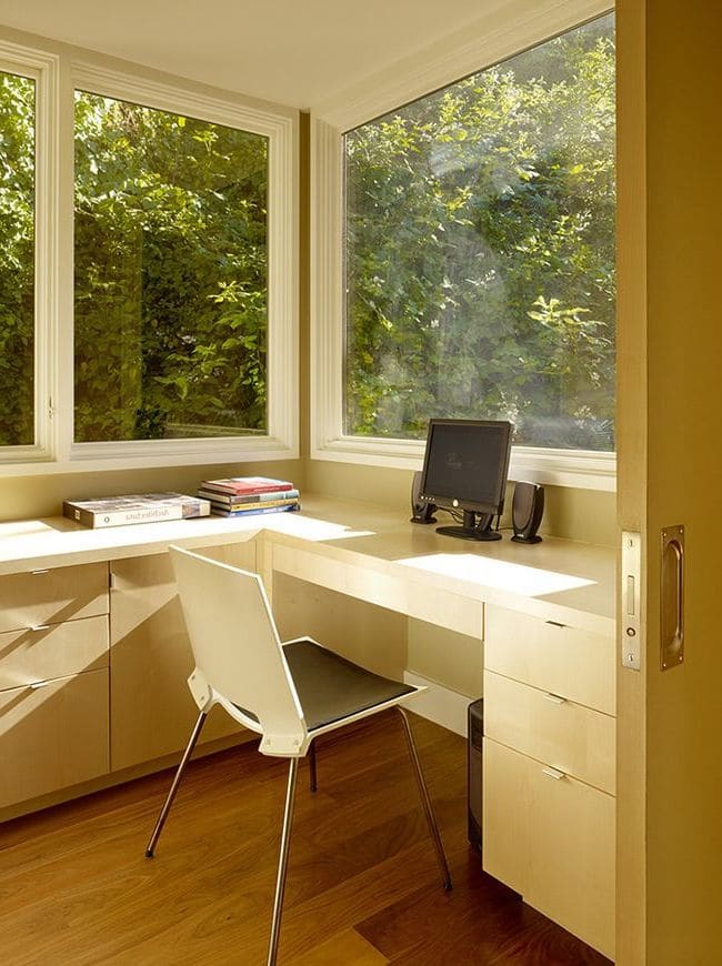 Полноценный рабочий уголок можно организовать даже на небольшом балконе или лоджии