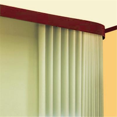 Использование поворотных элементов позволяет шторам плотно примыкать к стене