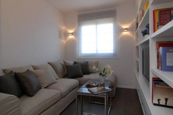 минимум мебели и точечное освещение