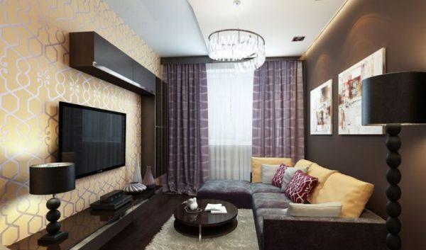 орнаментные занавески и коричневая стена
