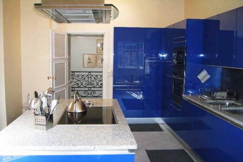 глянцевая синяя кухня