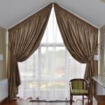 Панорамное окно на мансарде с коричневыми шторами