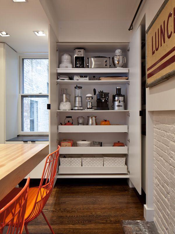 Мелкие бытовые приборы на полках шкафа в интерьере кухни