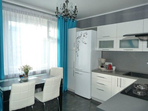 Белая кухня с холодильником