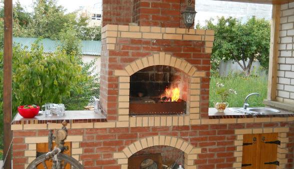 Правильно построена летняя кухня из кирпичным мангалом с дополнительными функциями