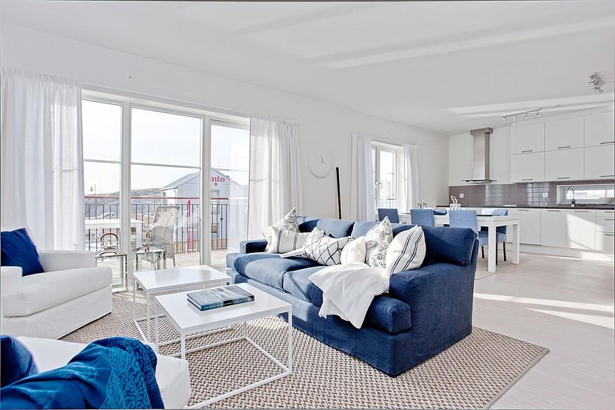 Сочетание белого и синего цветов в гостиной