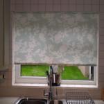 Рулонные жалюзи на окне