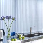 Голубые вертикальные жалюзи на кухне