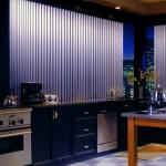 Стильные вертикальные жалюзи на кухне