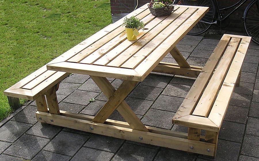 Идея стола и лавочек для беседки на дачном участке