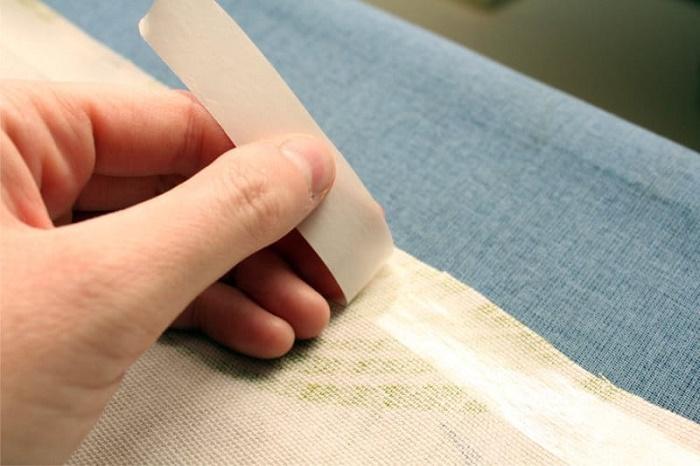 Нужно наклеить клейкую ленту меж двух слоев ткани