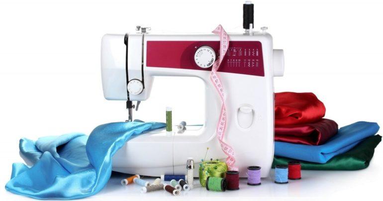 Приготовьте ткань, швейную машину и все необходимые инструменты и фурнитуру для пошива римских штор