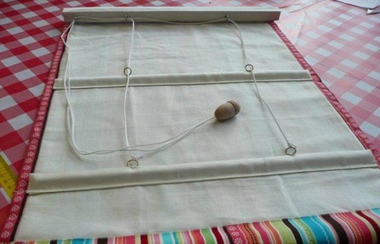 Чтобы шнуры не выпали и не разъехались свяжите их в узел и закрепите внизу