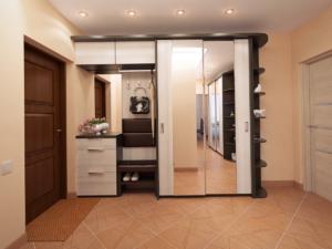 вместительный шкаф в коридоре