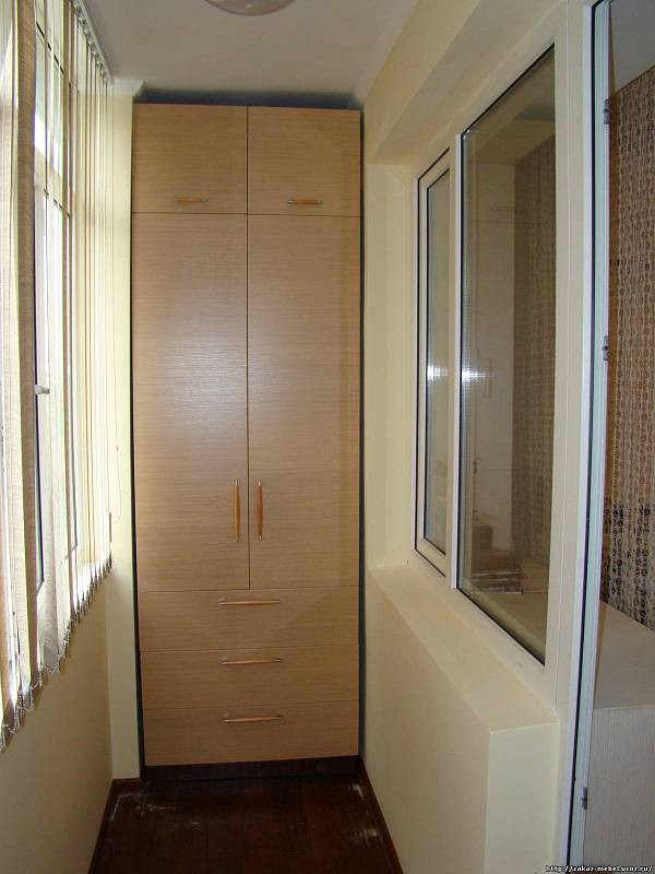 Деревянный шкаф на балконе фото