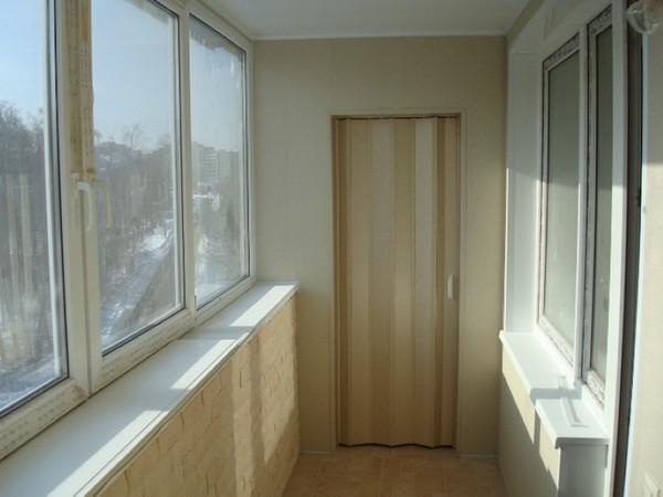 Шкаф с дверью-гармошкой на балконе