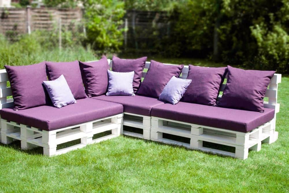 Оригинальный угловой диван из поддонов сделанный своими руками украсит ваш сад