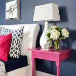 Прикроватный столик в интерьере современной спальни