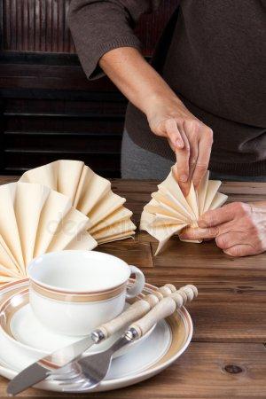 Складывать салфетки на обед — стоковое фото