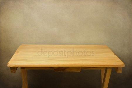 Деревянный стол над гранж-фон — стоковое фото