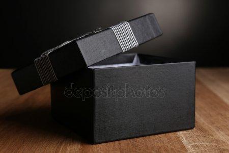 Открыть подарочной коробке на темном фоне — стоковое фото