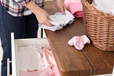 Женщина Складывания Прачечная Столе Помещении — стоковое фото