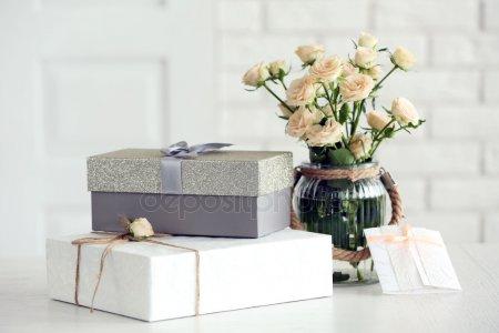Красивый подарок коробки с букетом цветов на столе перед кирпичной стены, крупным планом — стоковое фото