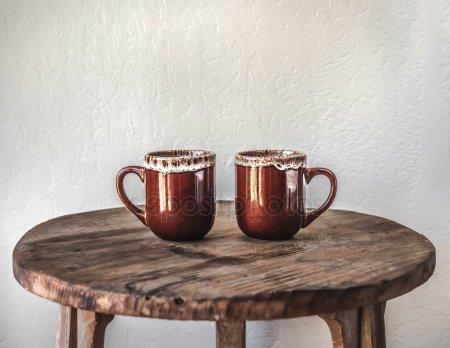 Керамические кофейные кружки — стоковое фото