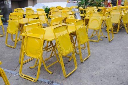 Желтый стали таблицы наборов с складные стулья — стоковое фото