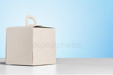 Подарочная коробка на белом столе — стоковое фото