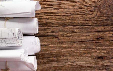 Архитектурный план и молот, делителя компас, складывающиеся правителя, модель нож, черный карандаш на старинных деревянных фоне. Концепция строительства. Вид сверху инженерные инструменты. Копией пространства — стоковое фото