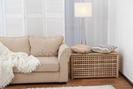 Интерьер красивой гостиной с раскладной экран и диван — стоковое фото