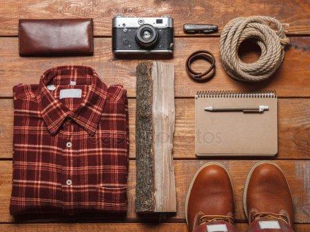 Мужские аксессуары на деревянный стол — стоковое фото