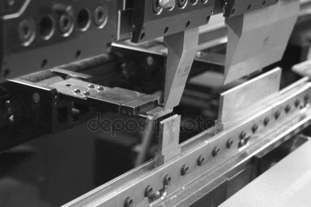 Гибочный пресс, который работает кусок листового металла — стоковое фото