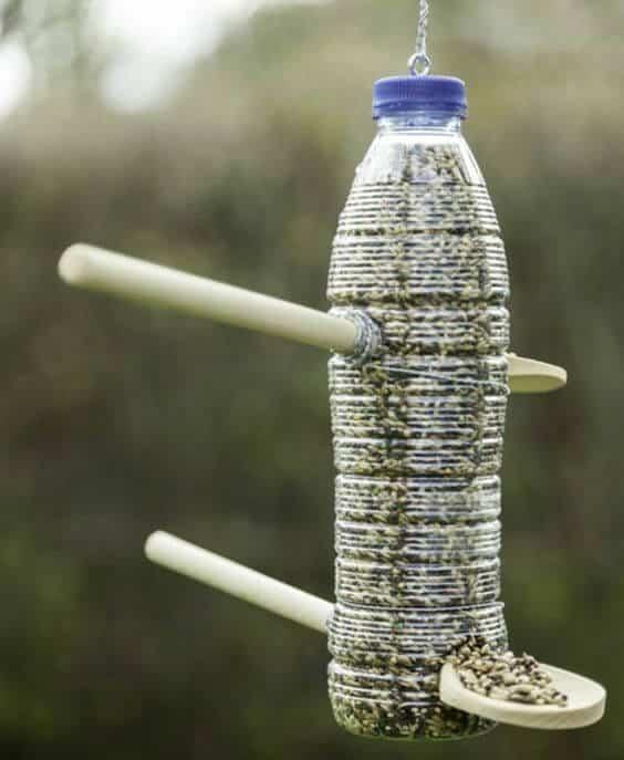 Немного смекалки и обычная пластиковая бутылка превращается в чудесную кормушку