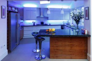 дизайн кухни с дополнительным освещением