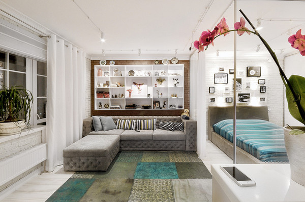 диван и кровать в одной комнате