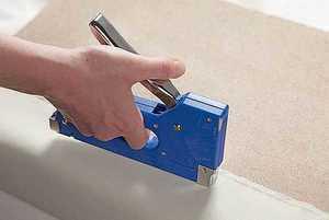 Осторожность при работе со степлером
