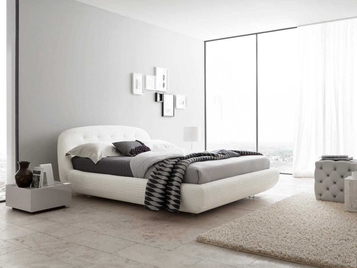 спальня в стиле модерн с серыми стенами