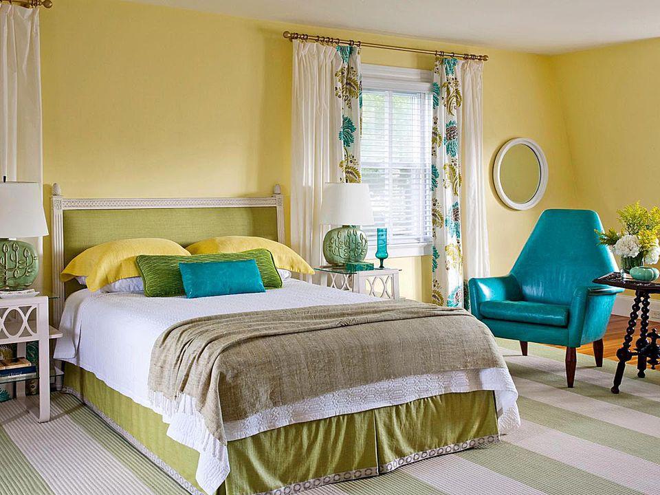 оформление стен в спальне желтый цвет