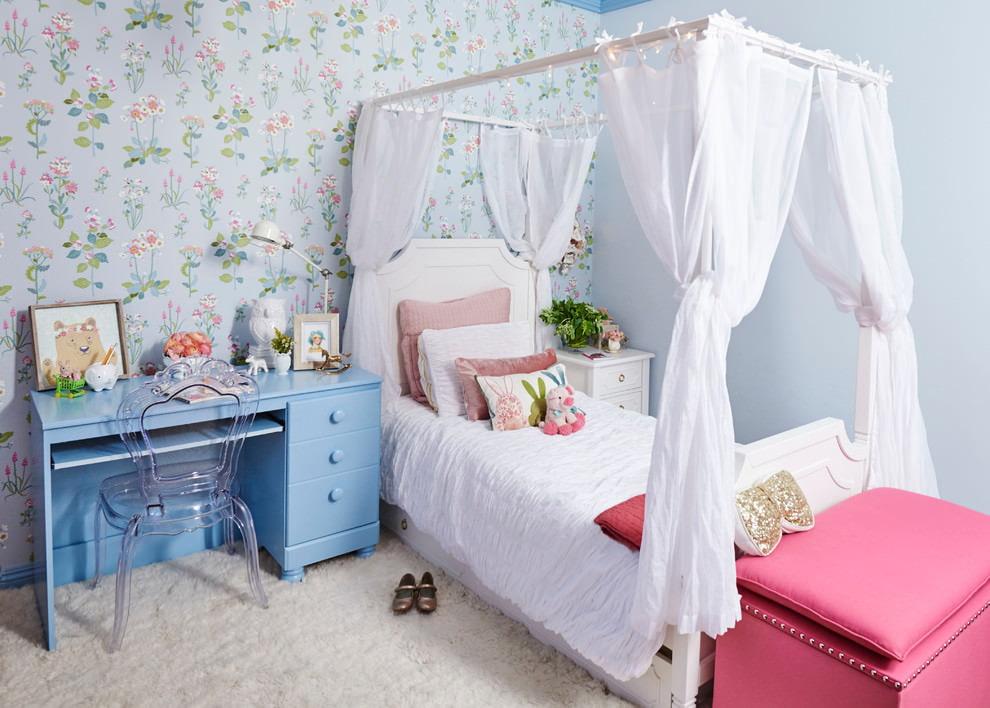 Кровать с балдахином в комнате маленькой девочки