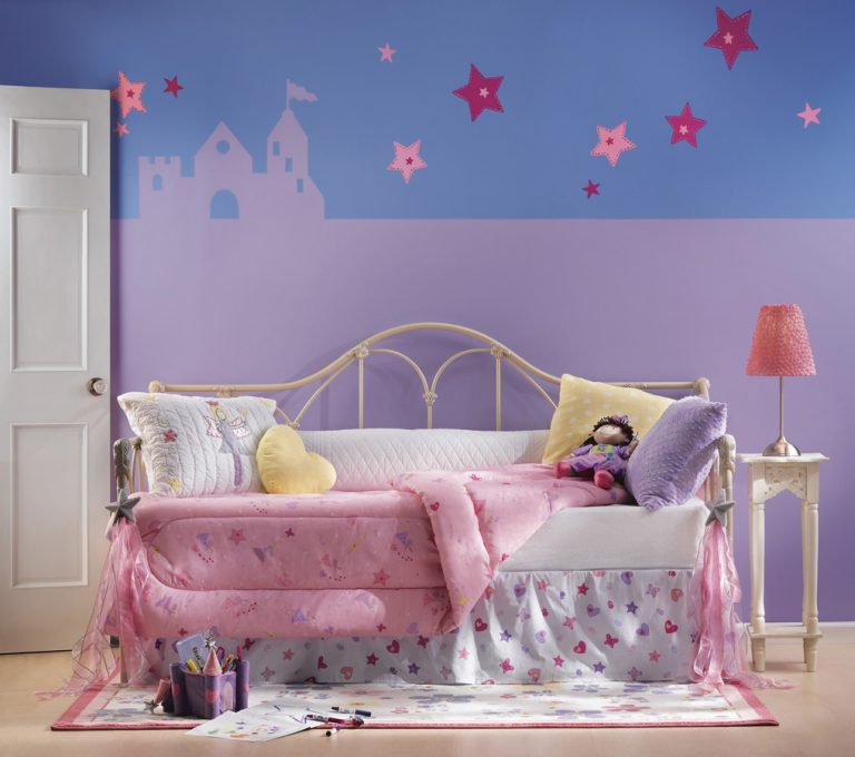 Розовое одеяло на детской кровати